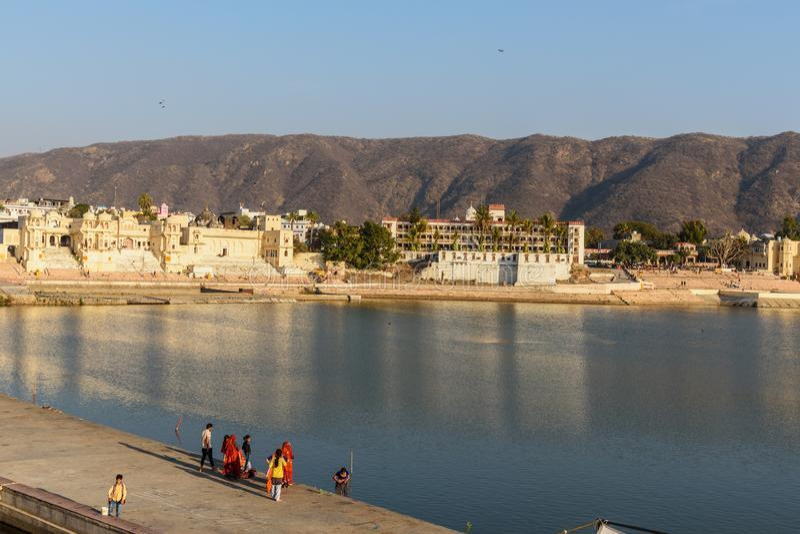 Индийские люди купая в озере Pushkar в Раджастхане r стоковые изображения rf