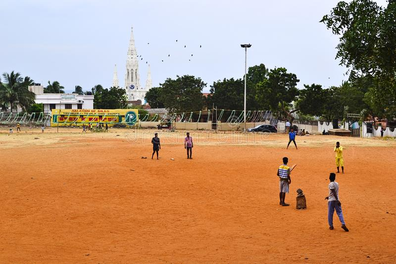 Индийские мальчики играют в крикет на детской площадке в парке стоковое фото