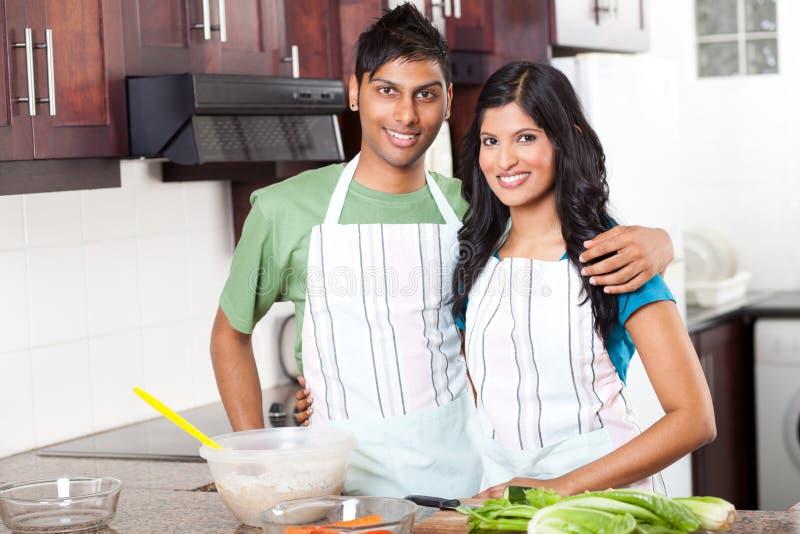 Индийские пары в кухне стоковая фотография