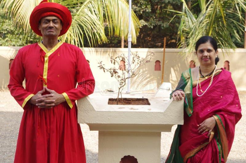 Индийские пары в традиционном dress-1 стоковое изображение rf
