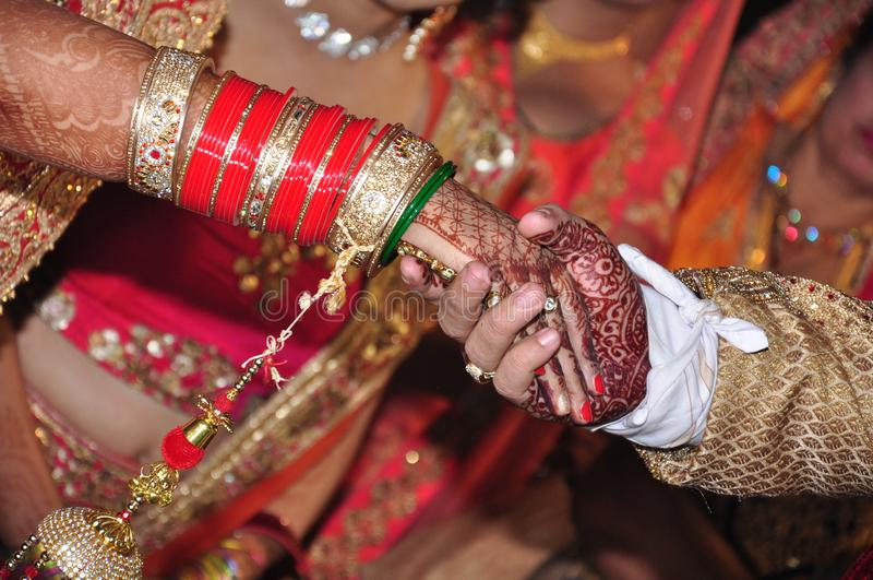 Индийские руки пар в замужестве стоковые изображения