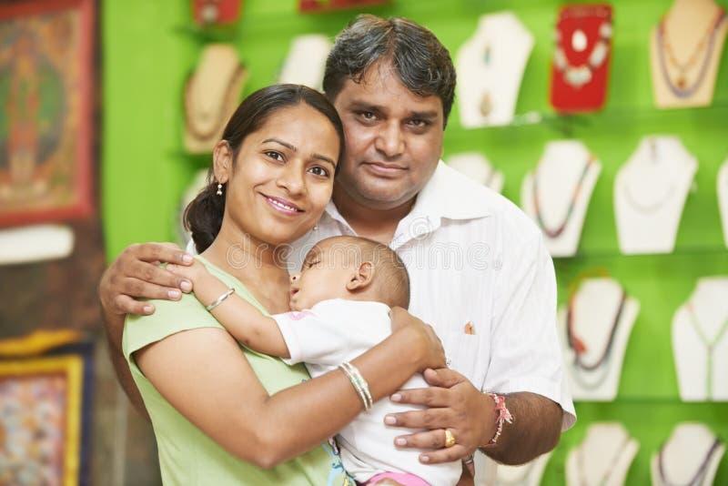 Индийские человек женщины семьи и мальчик ребенка стоковые изображения rf
