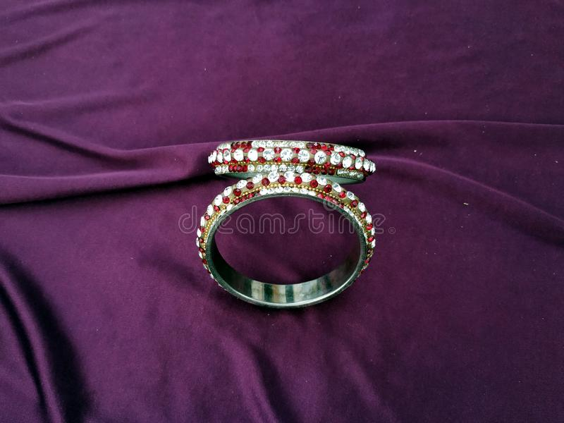 Индийские Bangles Браслет с диамантами на фиолетовой предпосылке стоковая фотография