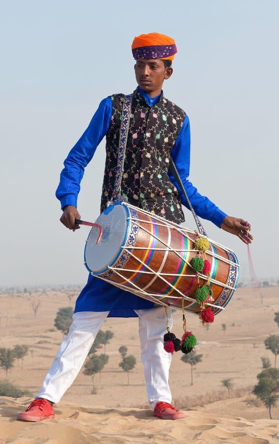 Индийский барабанщик играя в пустыне в Раджастхане, Индии стоковая фотография rf
