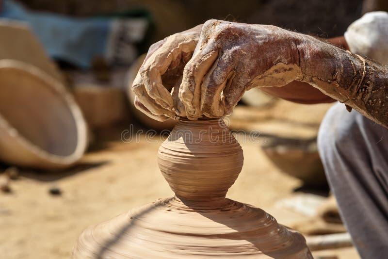 Индийский гончар делая глиняные горшки на гончарне катит внутри Bikaner r стоковое изображение