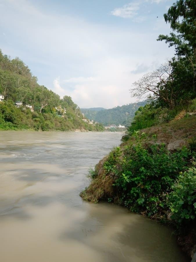 Индийский городок и tress горы реки стоковое изображение