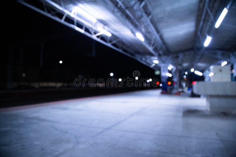 Индийский железнодорожный вокзал на соединении Ernakulam nighttime, Керале, Индии с влиянием нерезкости смог быть использован как стоковое изображение rf