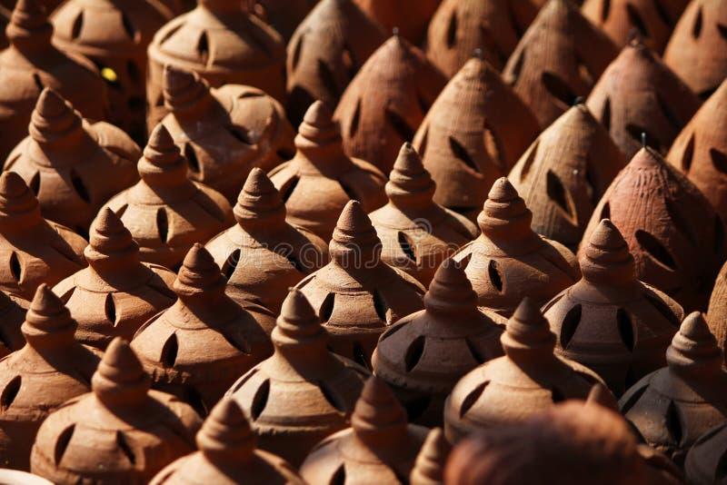 Индийский землистый бак, глина, античная handmade форма, гончарня, традиционный керамический рынок стоковые фото