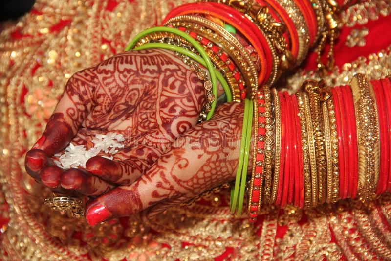 Индийский момент свадьбы согласовывая индийскую традицию стоковое фото