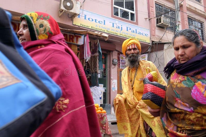 Индийский святой человек sadhu идя на базар и собирает милостыни в Pushkar стоковое фото rf