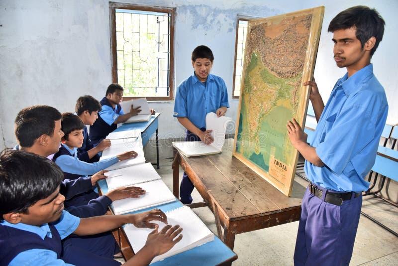 Индийский слепой студент на классе землеведения стоковое фото rf