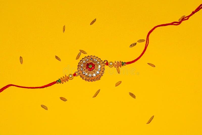 Индийский традиционный фестиваль Raksha Bandhan, элегантное Rakhi на желтой предпосылке стоковое фото rf