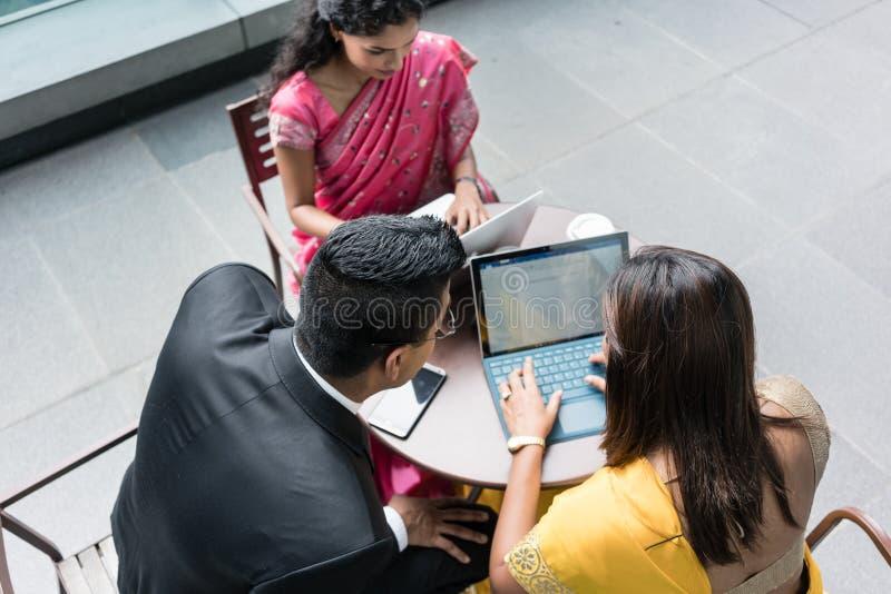 3 индийских бизнесмены говоря во время пролома на работе стоковое изображение rf