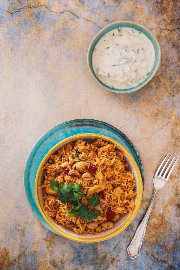 Индийское бескостное biryani цыпленка с raita огурца стоковые изображения