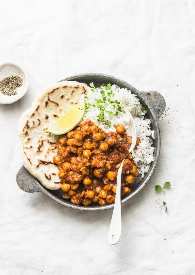 Индийское пряное карри нутов с рисом и naan хлебом в лотке на светлой предпосылке, взгляде сверху стоковое изображение rf