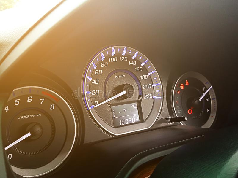 Индикатор мили метра скорости в автомобиле с оранжевым пирофакелом стоковое изображение rf