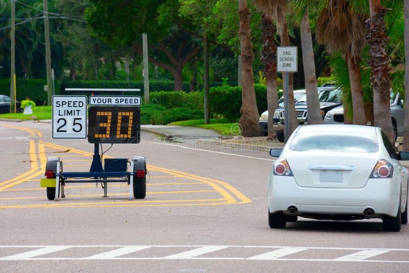 Индикатор скорости Радара показывает 30 свидетельств того, что проходящий автомобиль ускоряется, когда он едет по дороге в школьн стоковые фото