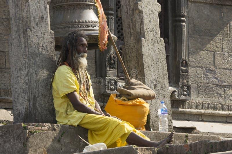 Индия - Варанаси Святой человек, sadhu смотря в камеру стоковое фото