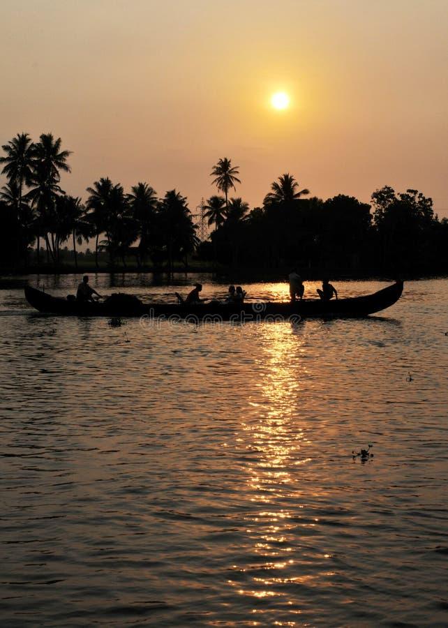 Индия: Круиз подпора захода солнца вокруг Alleppy, Кералы стоковая фотография