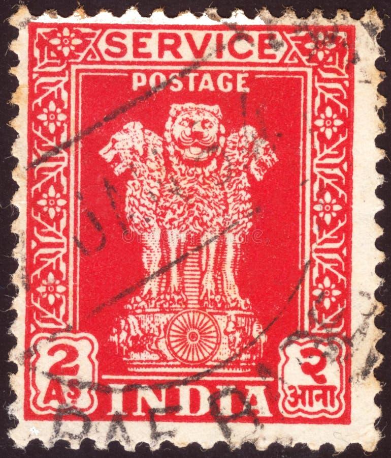 ИНДИЯ - ОКОЛО 1950: Отмененная печать почтового сбора напечатанная индийским разумом показывает 4 индийским львам столицу штендер стоковое фото