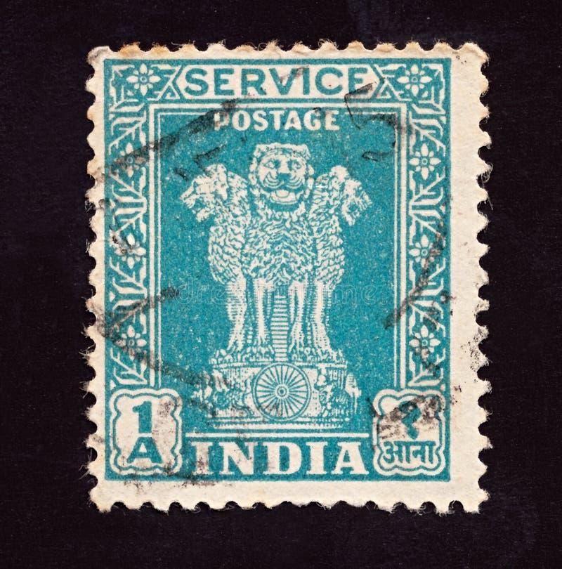 ИНДИЯ - ОКОЛО 1950: Отмененная печать почтового сбора напечатанная индийским разумом показывает 4 индийским львам столицу штендер стоковая фотография rf