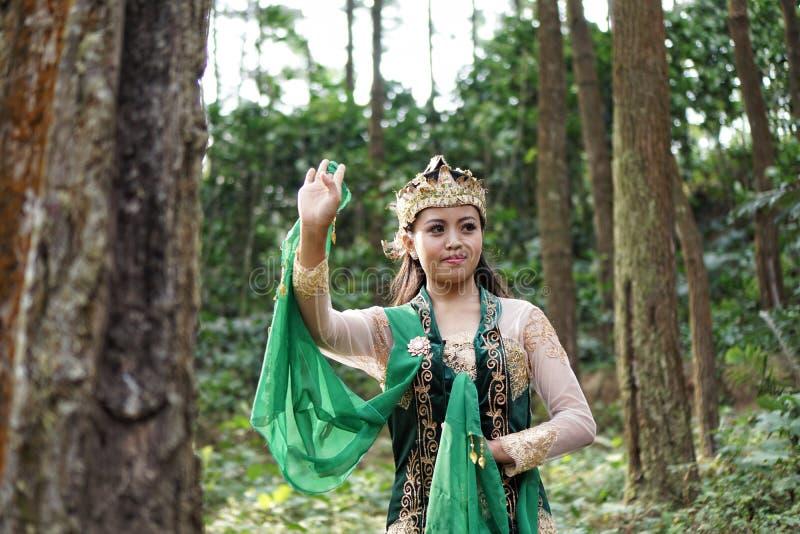 Индонезийская девушка представляя для танца lengger стоковая фотография