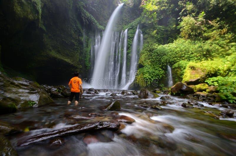 ИНДОНЕЗИЯ, 20 SEPT. LOMBOK 2017 Красивый пейзаж водопада Tiu Kelep в senaru Туристский наслаждающся их каникулами во время лета стоковые фотографии rf
