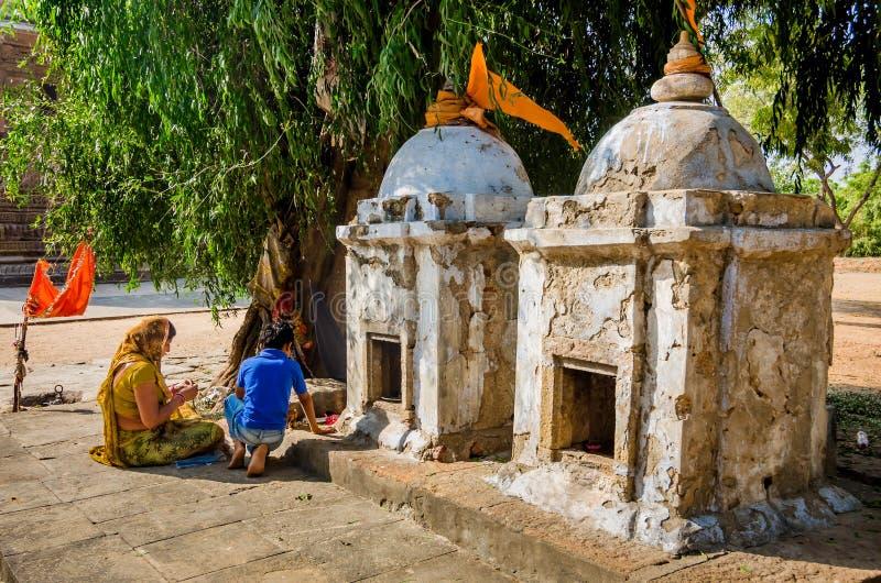 Индусская мать и сын выполняя религиозные ритуалы стоковое изображение