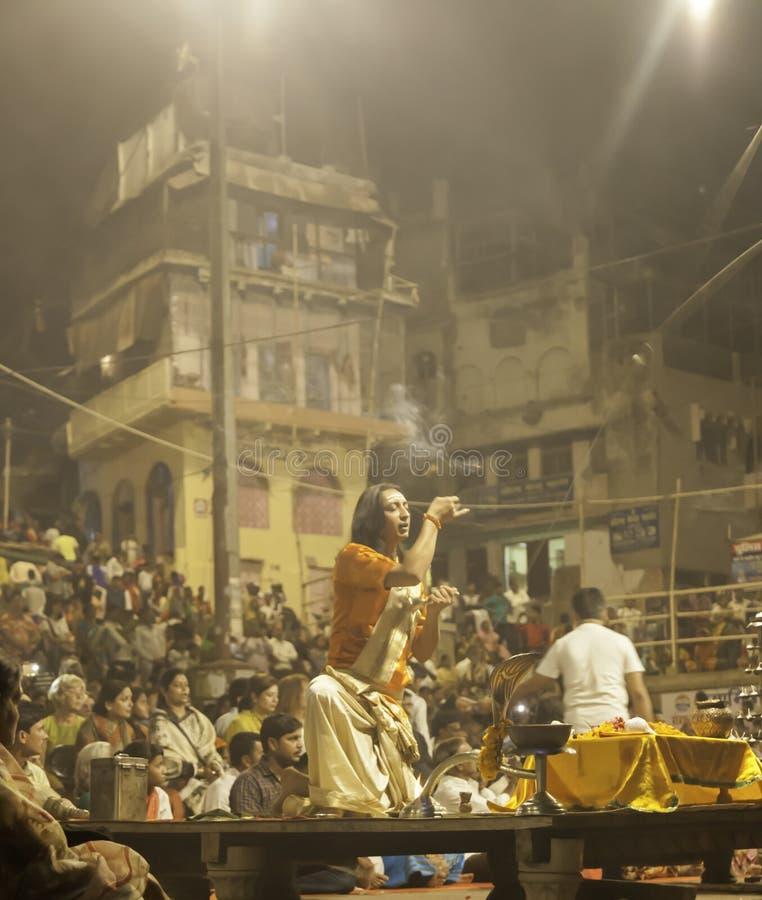 Индусская церемония на Ghats на ноче стоковое фото