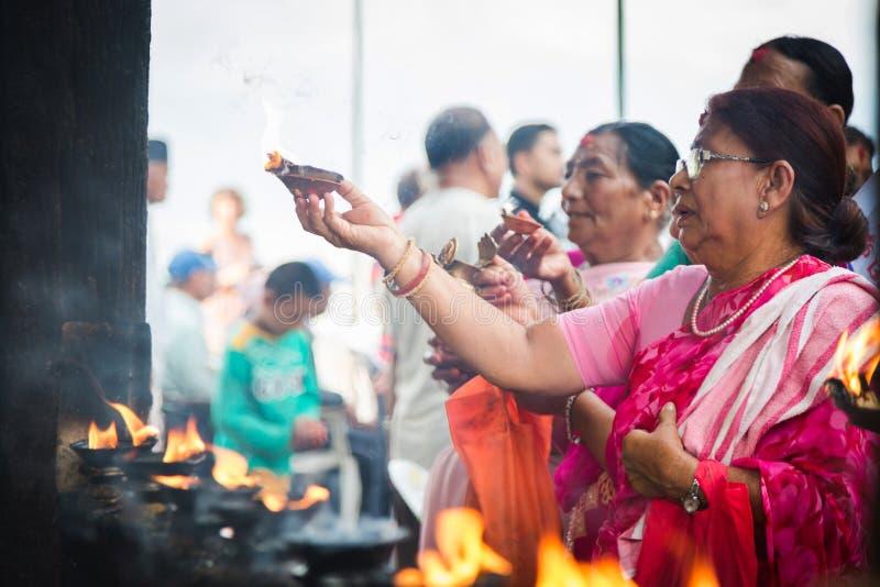 Индусские женщины предлагая Aarati на виске, индусские ритуалы стоковое изображение rf