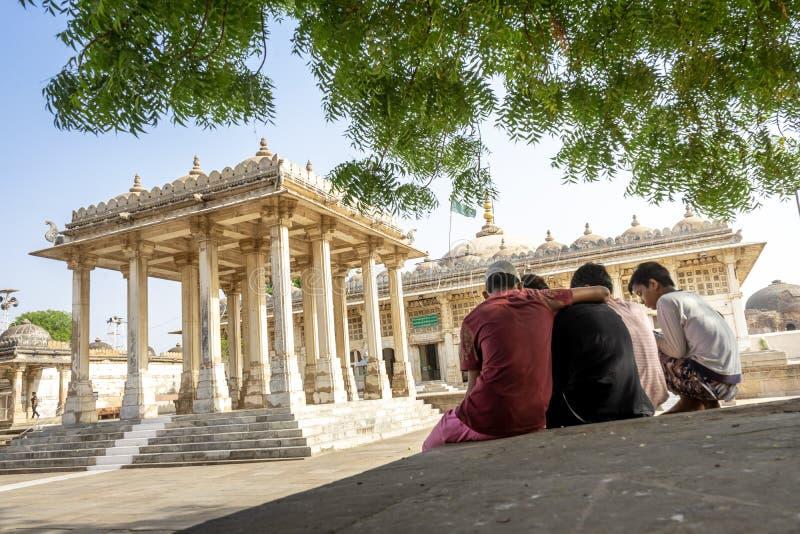 Индусские мальчики на мечети Sarkhej Roza стоковые изображения
