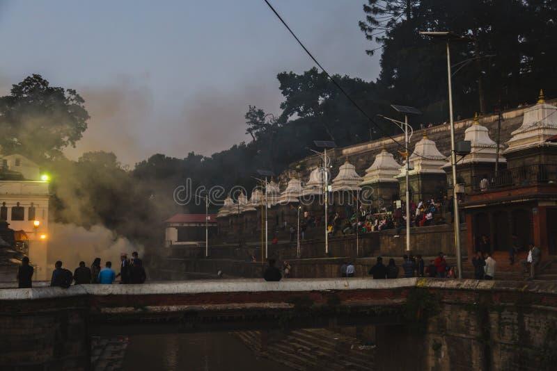 Индусские ритуалы кремации на Pashupatinath, Катманду стоковое изображение rf