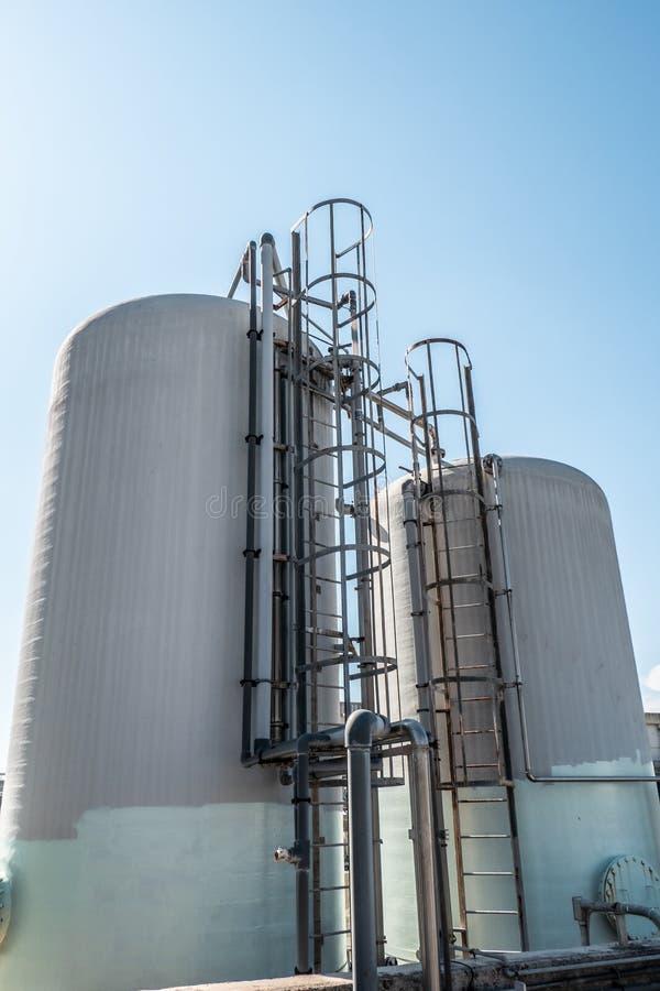 Индустриальные стеклопластиковые цистерны с металлической лестницей  стоковая фотография rf