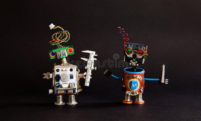 индустрия 4 0 концепций технологии автоматизации Крумциркуль инженера робота, отвертка разнорабочего киборга творческая конструкц стоковая фотография rf