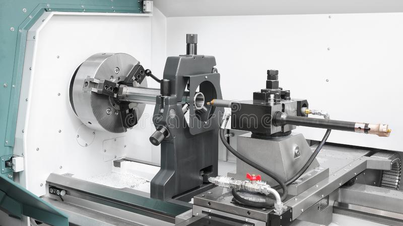 Индустрия cnc механической обработки: резать стальной вал металла обрабатывая на машине токарного станка в мастерской стоковые фото