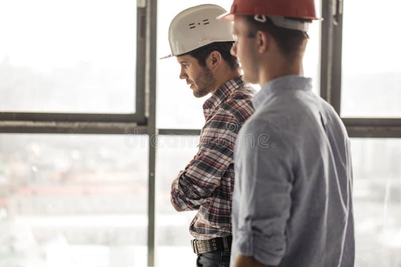 2 инженера идут через офис стоковые изображения