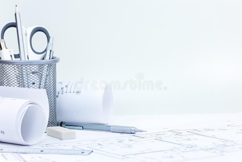 Инженерство и чертегные инструменты, светокопии конструкции на деревянном стоковое изображение