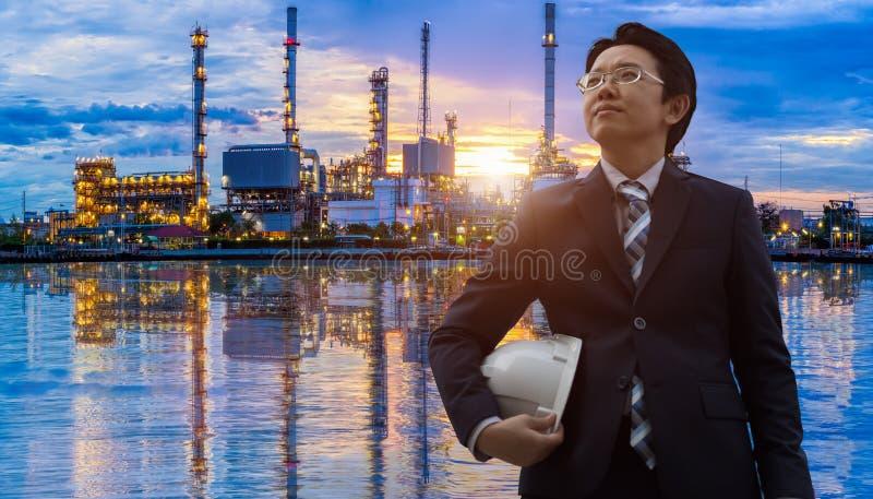 Инженеры в нефтеперерабатывающем предприятии стоковые фотографии rf