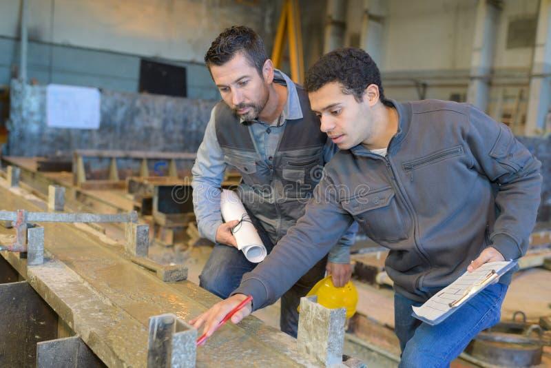 Инженеры команды имея обсуждение в фабрике стоковые фотографии rf
