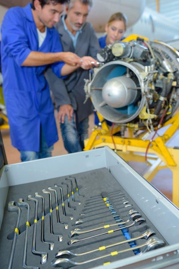 Инженеры работая на компоненте воздушных судн стоковая фотография
