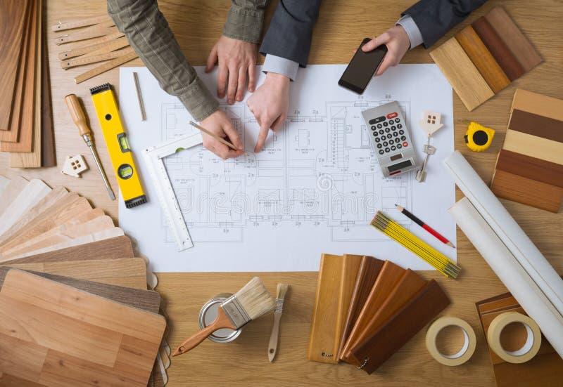 Инженеры работая совместно на проекте строительства стоковые фотографии rf