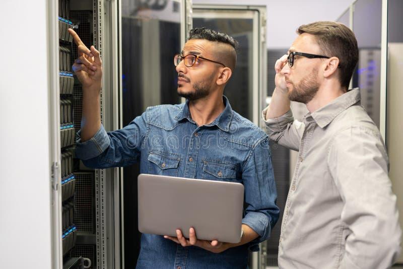 Инженеры сети работая с суперкомпьютером стоковые фотографии rf
