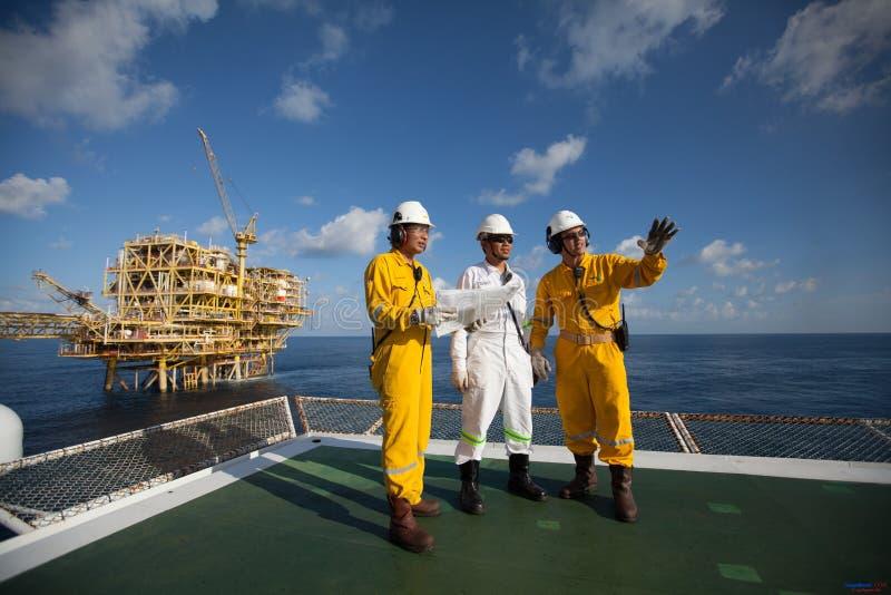Инженеры снабжают план в буровой вышке в море Вьетнама стоковое фото