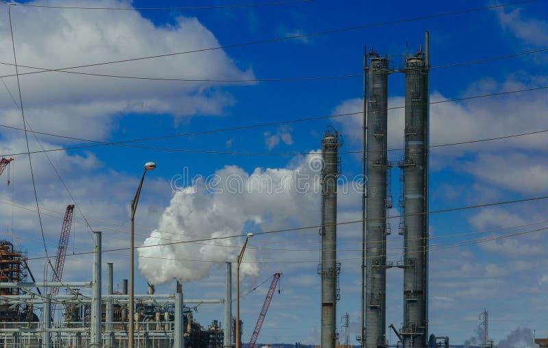 инженеры стоя окруженный нефтяной промышленностью нефти и газ трубопроводов стоковые фото