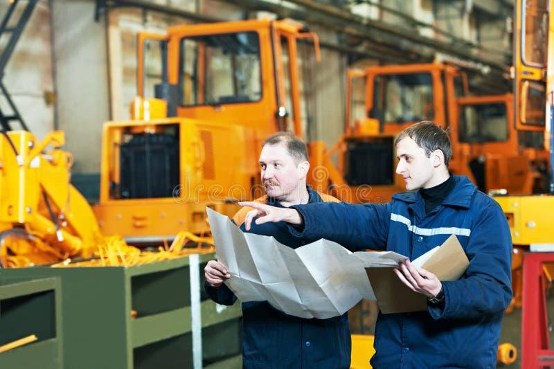 Инженеры фабрики на workengineer стоковые фотографии rf