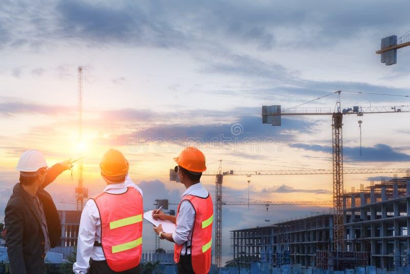 Инженер бизнесмена смотря строительную площадку и рост c карьеры стоковые фотографии rf
