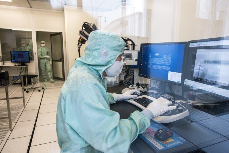 Инженер в комнате микроэлектроники чистой стоковые изображения