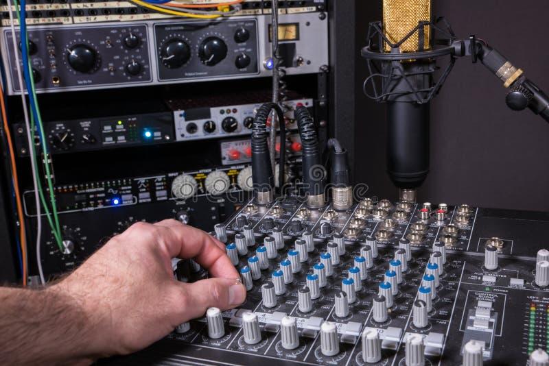 Инженер в студии звукозаписи музыки стоковые изображения rf