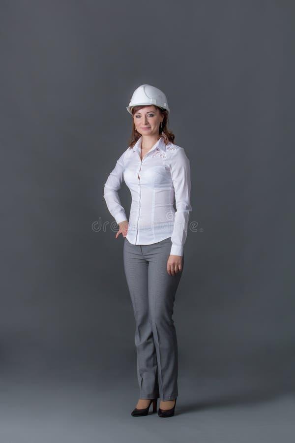 Инженер в шлеме стоковая фотография