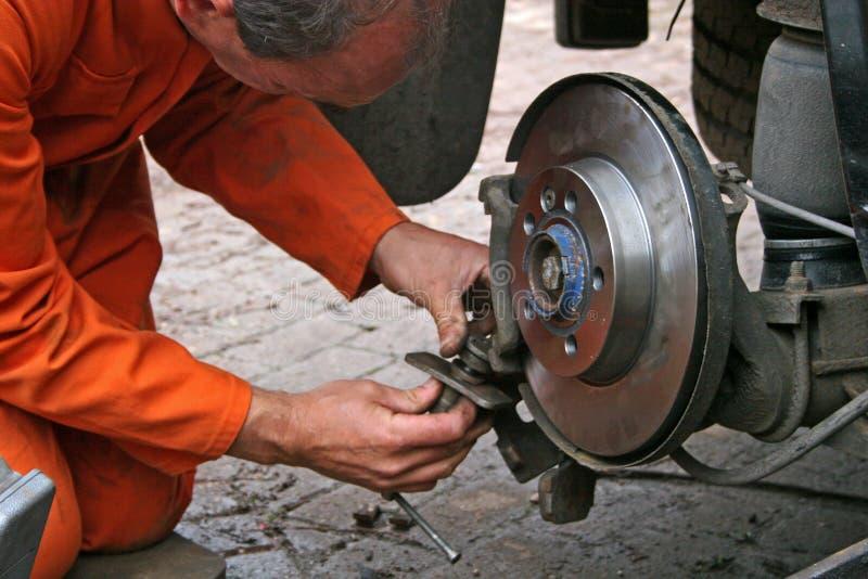 инженер диска тормоза изменяя стоковая фотография